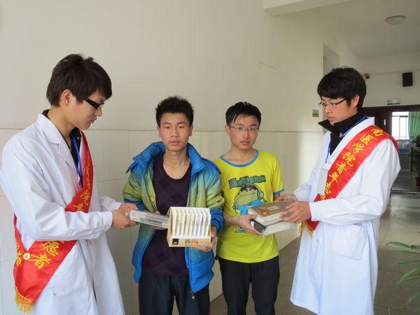 赠送文具用品给芜湖市聋哑学校学生-药学系2012级学子手拉手关注贫